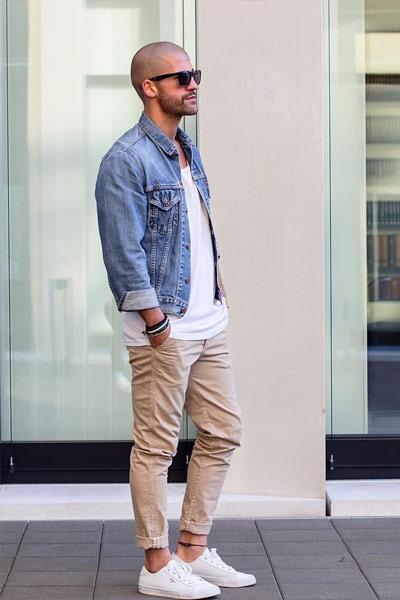 chaussures à porter en été sneakers blanche avec chino beige et veste en jean délavée