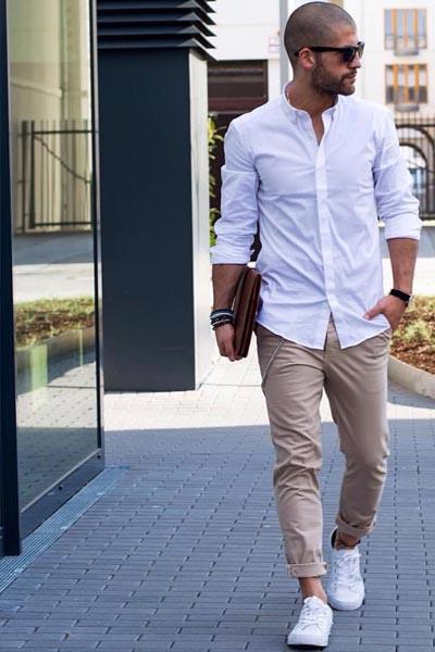 s'habiller pour un entretien quand il fait chaud look casual avec un pantalon chino beige, une chemise blanche et des sneakers blanches