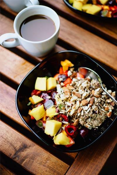 bienfaits des amandes sur la santé avec de l'avoine et des fruits