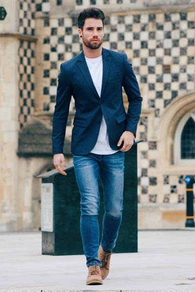 morphologie en V look jean slim, t-shirt et blazer bleu marine