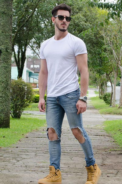 t-shir blanc homme et jean bleu destroy morphologie en V homme