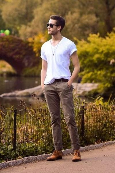 t-shirt col v pour morphologie en H homme
