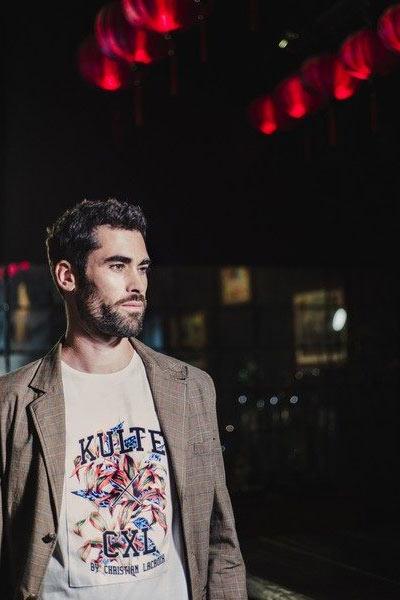 Kulte x CXL by Christian Lacroix t-shirt imprimé porté avec un blazer