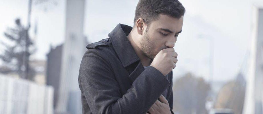 homme qui tousse, calmer une toux sèche naturellement