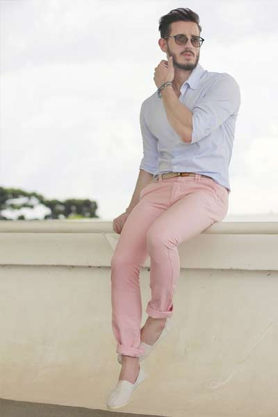 porter du rose, look homme pantalon rose et chemise blanche