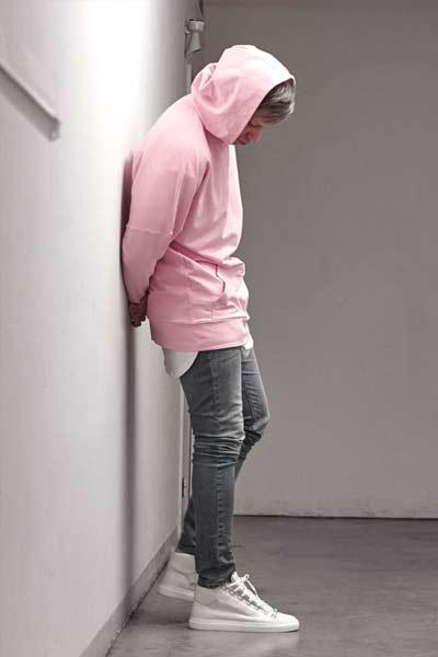 porter du rose, look homme avec un sweat à capuche rose et un jean gris