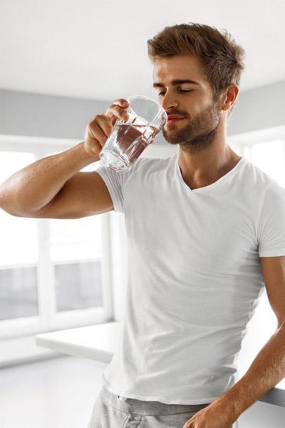 homme buvant de l'eau