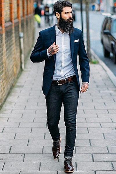 look homme blazer, chemise blanche et jean brut