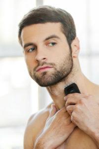 homme taillant sa barbe de 3 jours