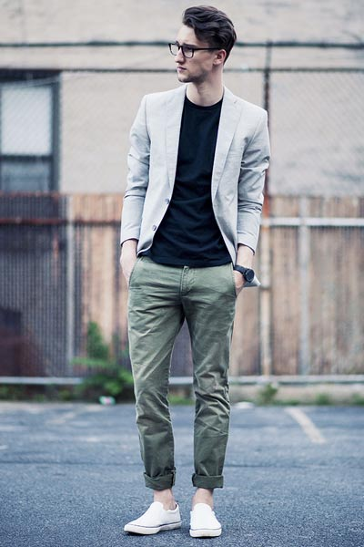 look homme pantalon kaki, t-shirt bleu et blazer gris clair