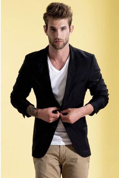 look homme blazer et t-shirt col v pour morphologie en A