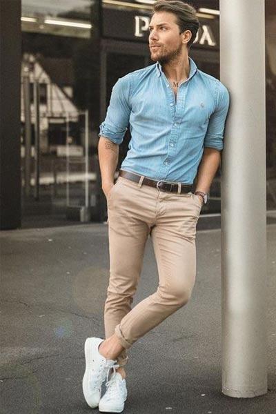 tenue casual chic pour homme avec une chemise bleu un pantalon beige et des baskets blanche