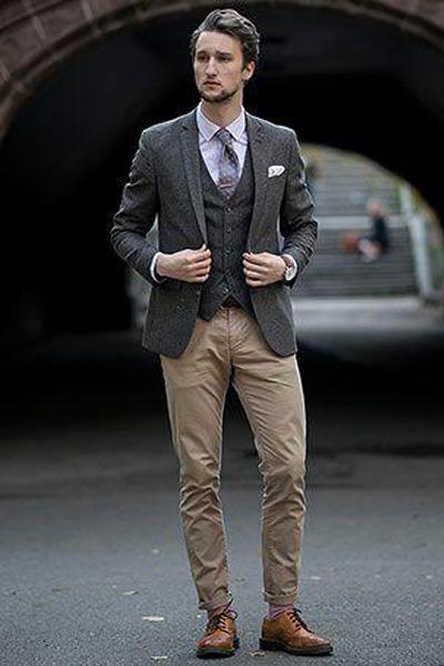 look élégant homme avec un pantalon chino beige