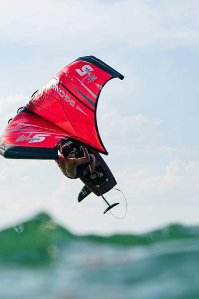 homme pratiquant le wing surf