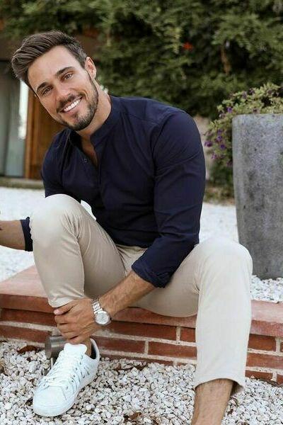 tenue homme casual pantalon chino beige et chemise bleu marine