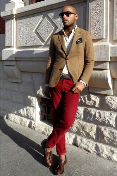 casual chic homme pantalon rouge chemise blanche et blazer marron clair