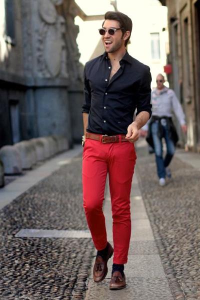 tenue casual chic homme pantalon rouge et chemise bleu marine