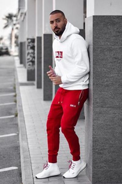 look sportswear pantalon rouge et hoodie blanc