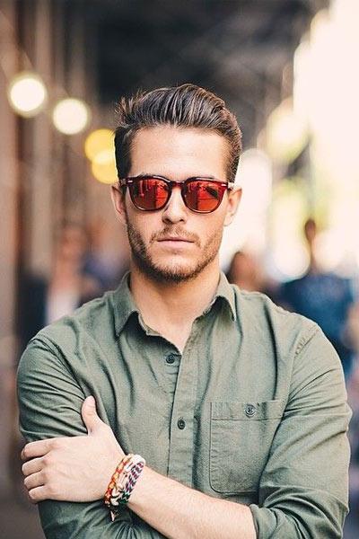 lunettes de soleil aux verres rouges