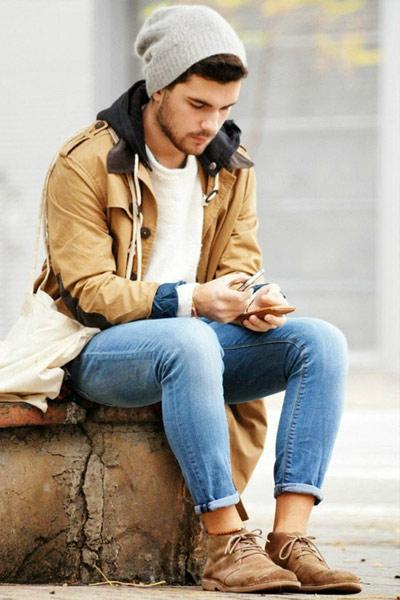 tenue casual homme desert boots beige