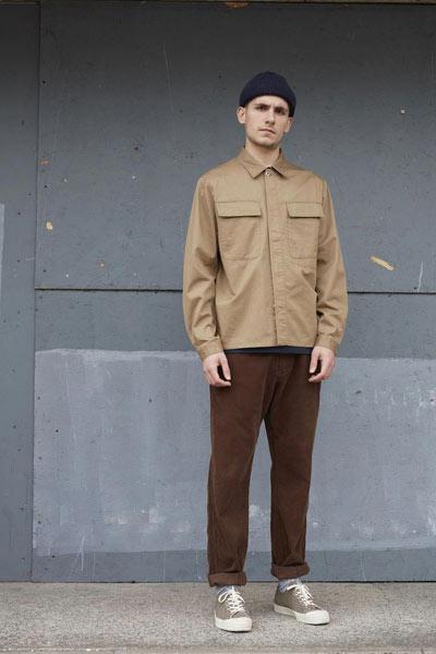 tenue monochrome marron homme
