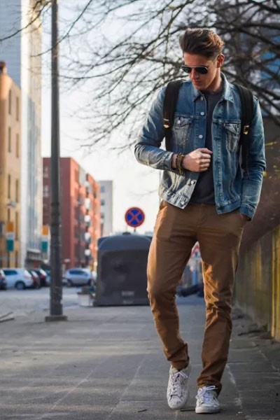 porter un pantalon marron avec du jean