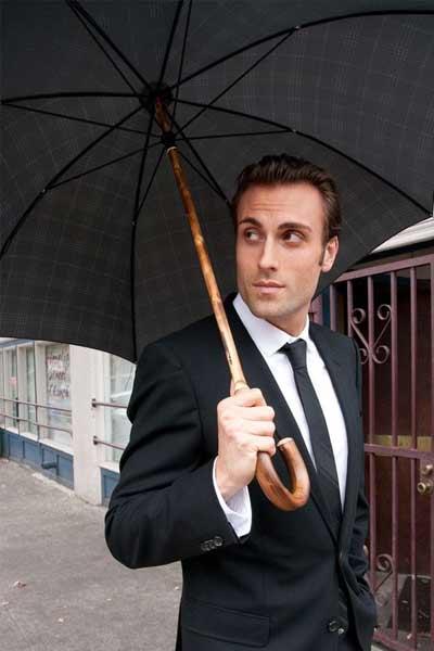 homme élégant sous un parapluie