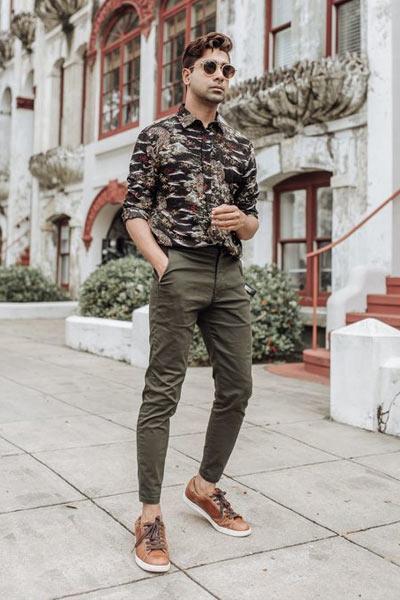 look homme baskets marron pantalon kaki et chemise
