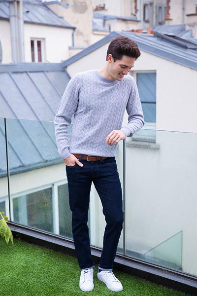 porter un jean brut dans un tenue décontractée