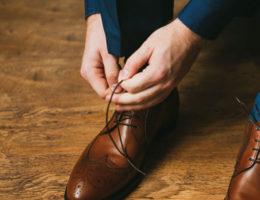 porter un costume bleu avec des chaussures marron