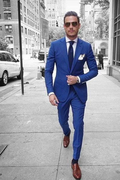 costume bleu et chaussure marron moyen
