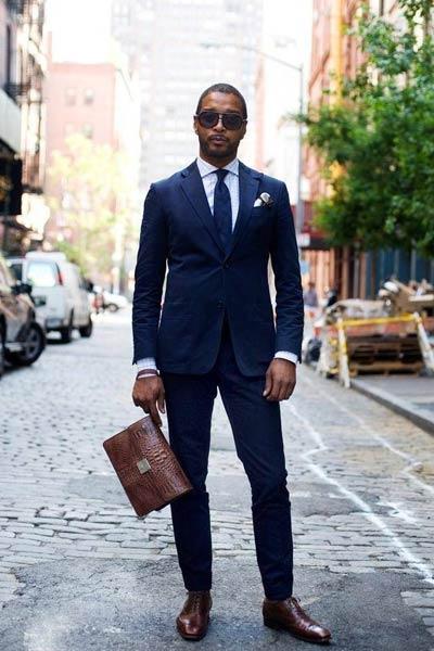 costume bleu marine et chaussures marron foncé