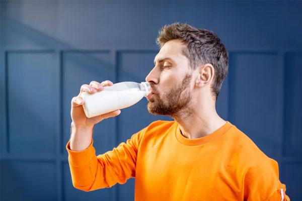 homme buvant du lait