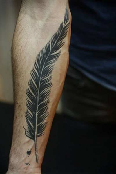 tatouage plume avant-bras homme