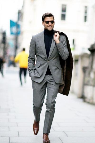 costume gris col roulé noir chaussures marron