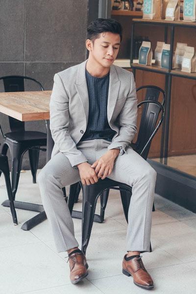 costume gris t-shirt bleu marine chaussures marron
