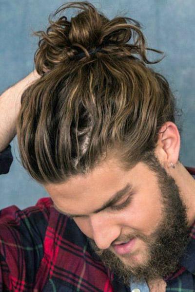 man bun cheveux bouclés
