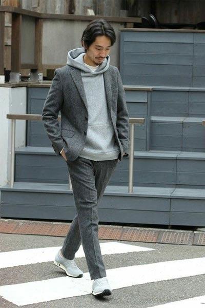 porter un sweat à capuche gris avec un costume