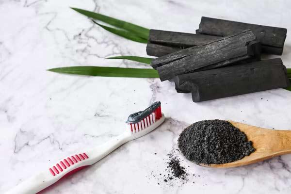 dentifrice au charbon pour les dents