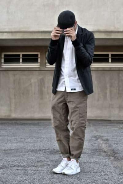 pantalon cargo avec baskets pour un style streetwear