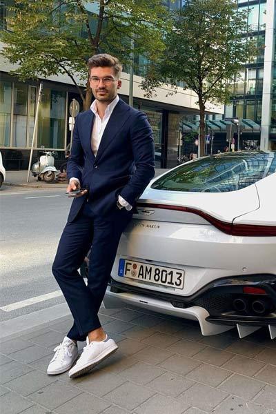 style smart casual costume bleu marin chemise blanche et basket