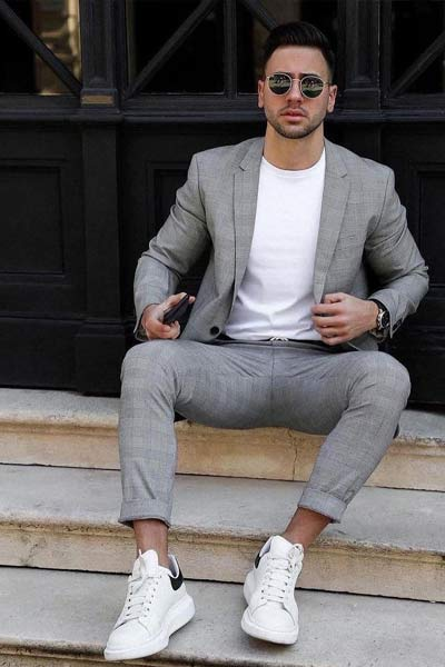 smart casual costume t-shirt et baskets blanches