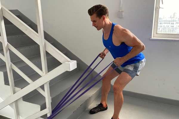 musculation à la maison avec des élastiques