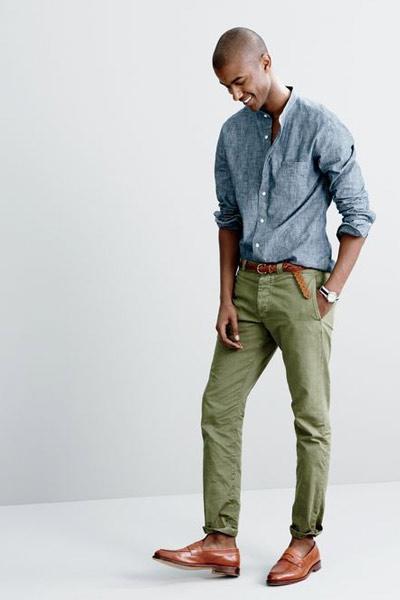 chemise en chambray avec un chino