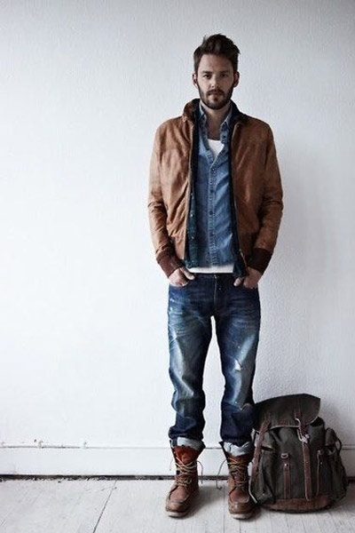 chemise en chambray dans une tenue workwear homme
